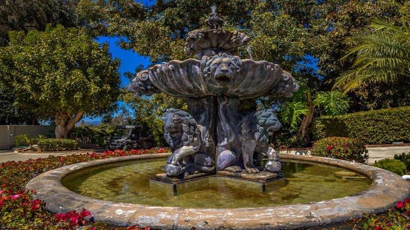 Schöner Lion Fountain in der Hauptfahrstraße