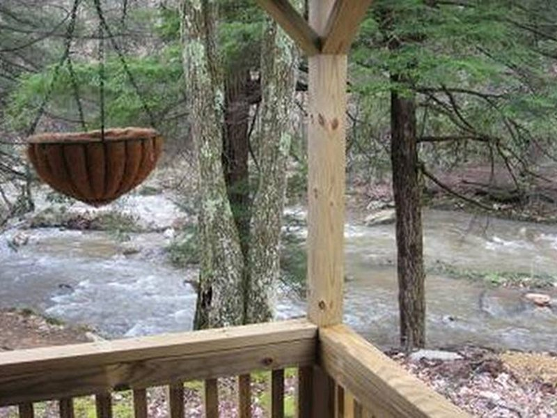 Rustic Waterfront Cabin- Enjoy the Sounds of Nature Right From Your Porch, holiday rental in Mount Storm