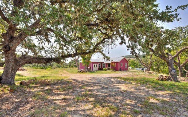 Rustic Lakeside Cottage + Acreage, location de vacances à Bandera County