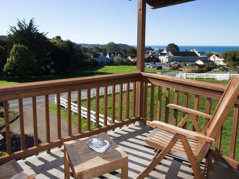 Luxury suite overlooking Mendocino Village and ocean, vacation rental in Caspar