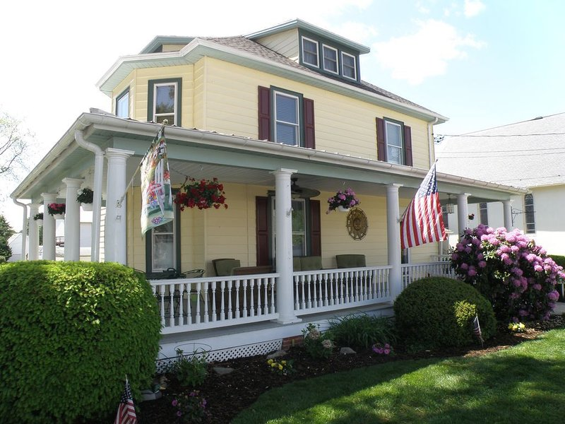 Victorian on Main Street, Rock Hall MD. Walk to everything! Sleeps 2-4, holiday rental in Centreville