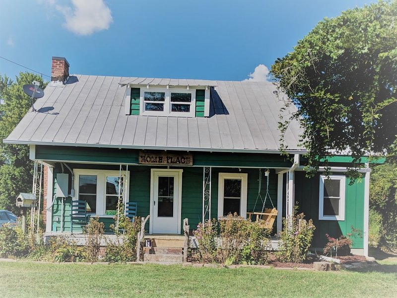 Charming Remodeled Circa 1914 Cottage, Ferienwohnung in Hendersonville