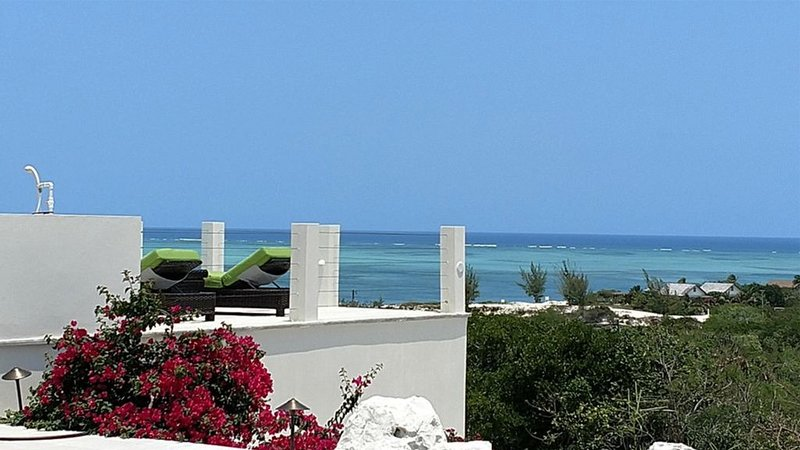 Best views on the island. 4BR with pool and Jeep!, location de vacances à The Bight Settlement