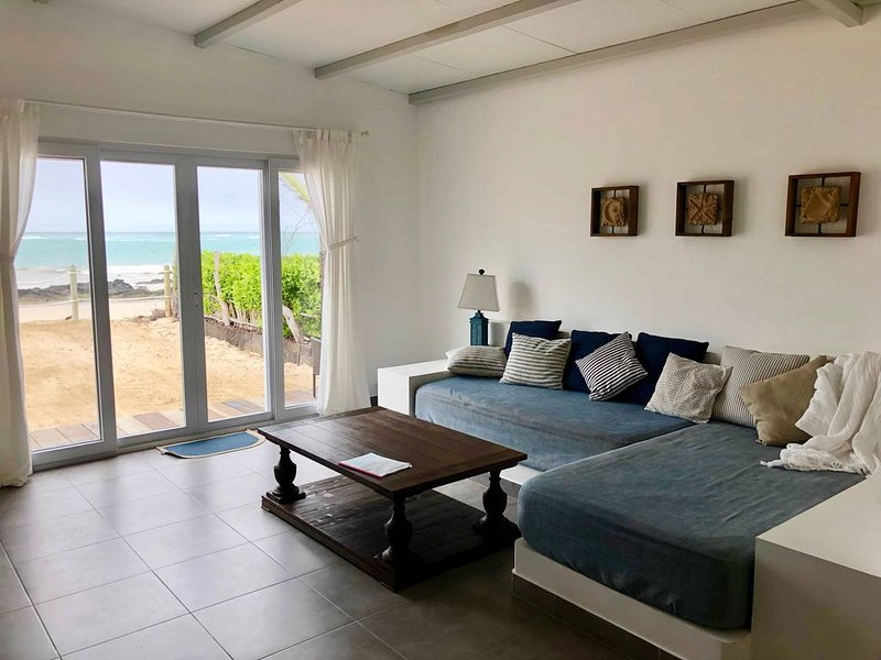 Sandy Feet House/Amazing Oceanfront Beach House, vacation rental in Isabela