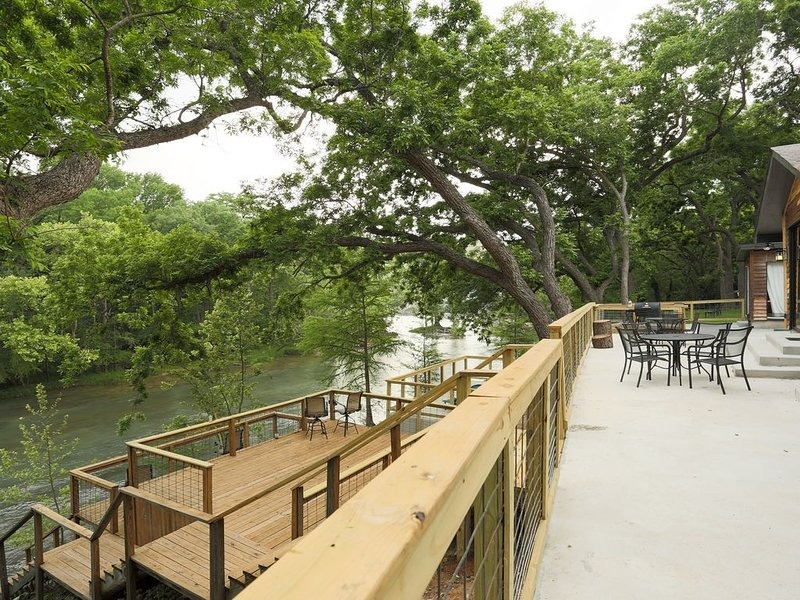 4br/3ba Vacation Home with Stunning GUADALUPE RIVER FRONT! Sleeps 8, alquiler de vacaciones en Canyon Lake