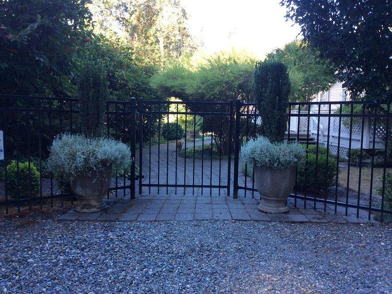 Através do portão e direto para a casa!
