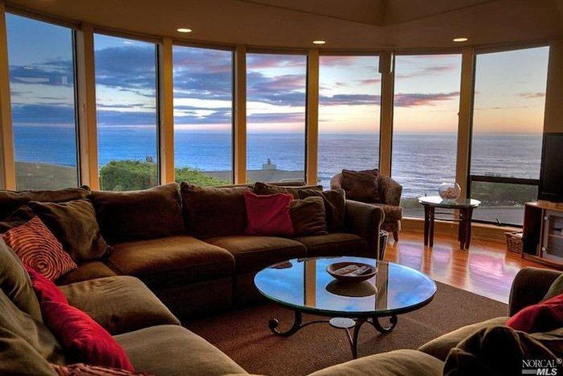 Vue sur l'océan pacifique depuis les fenêtres enveloppantes dans le salon.