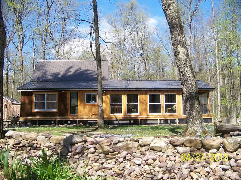 Secluded Cabin on the banks of the world famous Pennscreek, holiday rental in Lewisburg