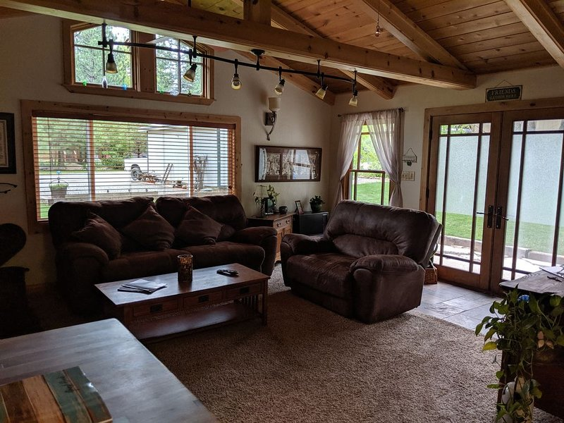 Charming Home near skiing, hiking, biking, ATVing , Lakes and Forest BEAUTIFUL!, vacation rental in Sierra City