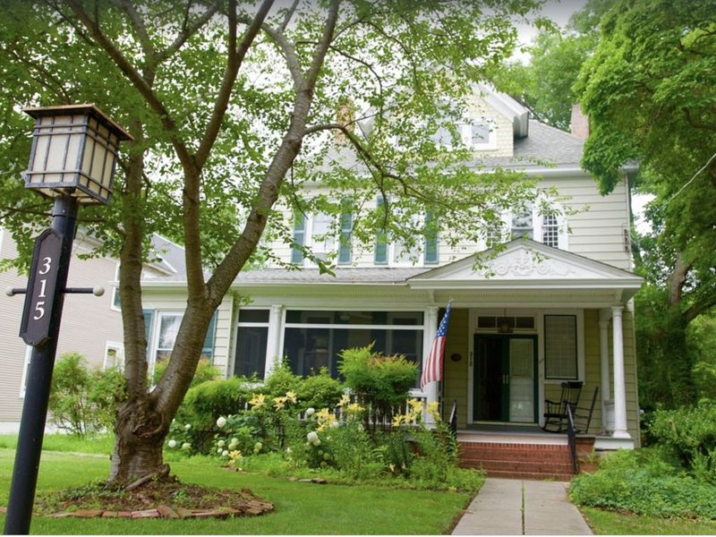 Victorian Home In Historic West End, vakantiewoning in Easton