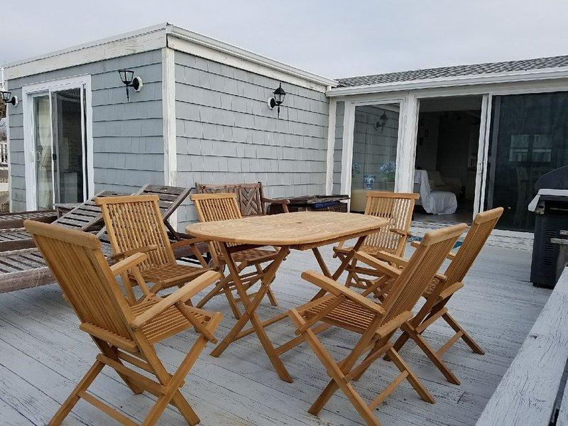 West Hampton Beach Cottage with Private Pool, location de vacances à Mastic Beach