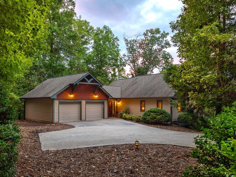 Fairview in the Woods - Peaceful 'Green' Home on Acreage with Creek and Hot Tub, casa vacanza a Fairview