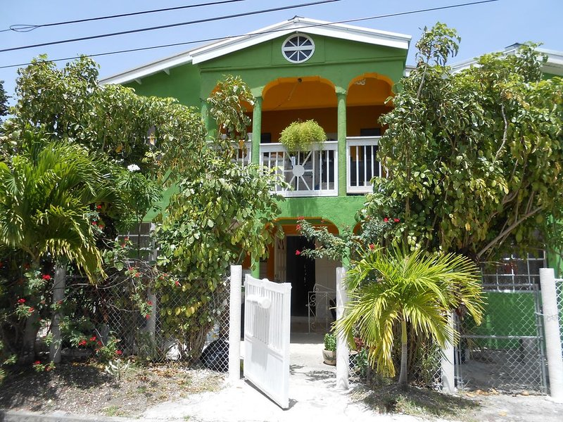 JO J'S GUEST HOUSE SMALL OR BIG GROUPS SLEEP UP 14 GUEST WOW!!!!, holiday rental in Oistins