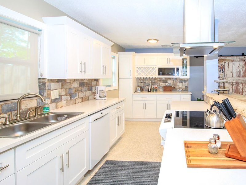 MINUTES FROM BEACHES, SHOPPING & THE ROCKIN' RIVERWALK! BEAUTIFULLY RENOVATED., holiday rental in Port Salerno