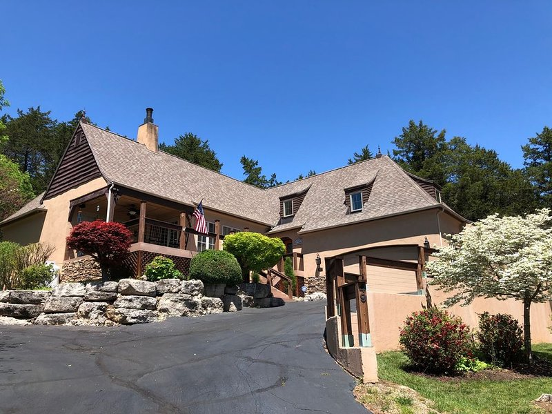 Old Kinderhook Golf Community, Updated Home with Amazing Outdoor Space, location de vacances à Camdenton