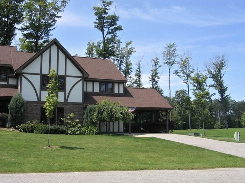 TOP & CENTER Peek'n Peak KIKO SKI IN/OUT LIFT#3~SITUATED ON GOLF COURSE #9 TEE, holiday rental in Erie