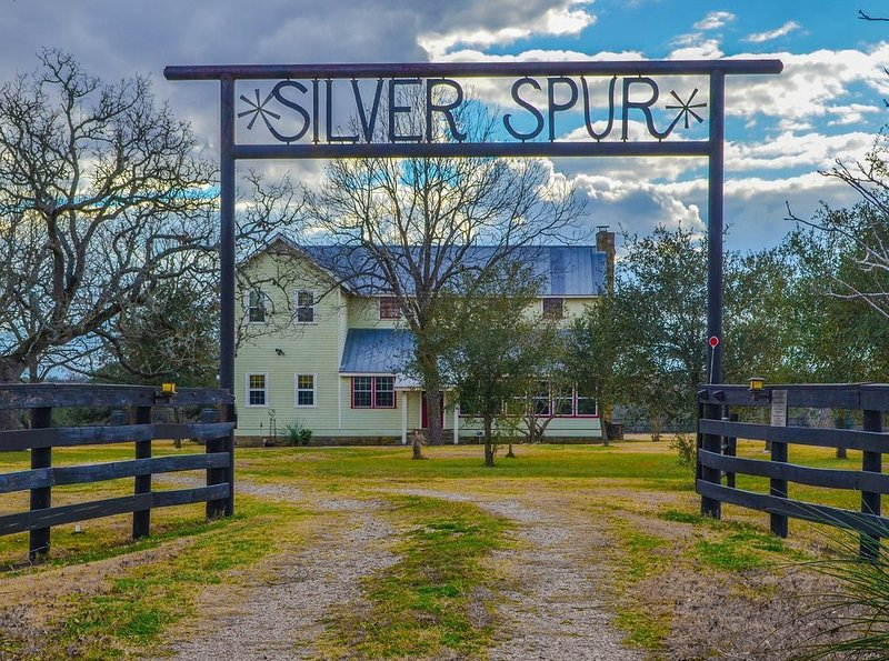 Silverspur at Round Top- Amazing restored 1800's Farmhouse on 40 acres w/a pool!, alquiler vacacional en Ellinger
