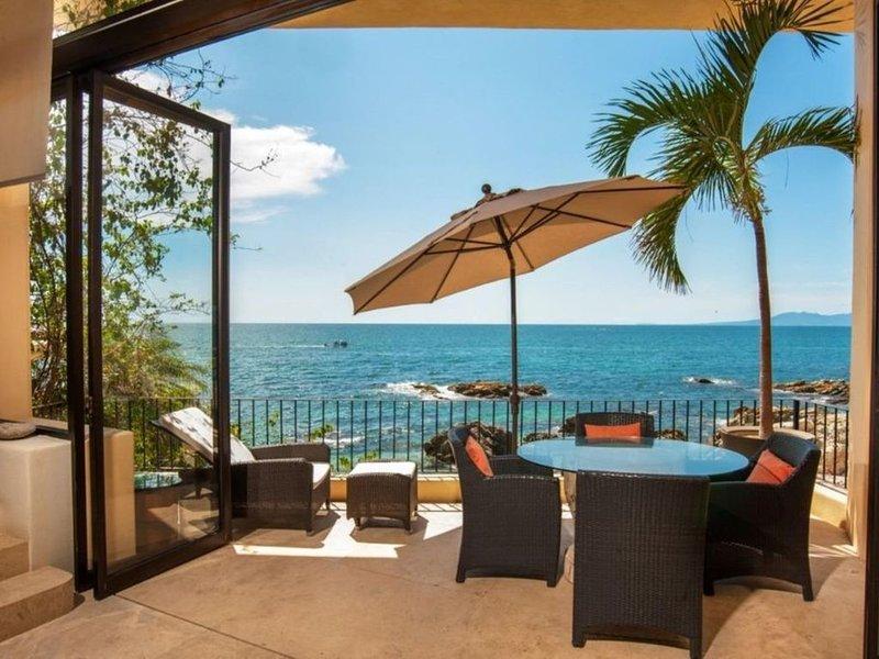 Spectacular Serene Private OCEANFRONT Retreat -prized quiet close-in location, alquiler de vacaciones en Puerto Vallarta