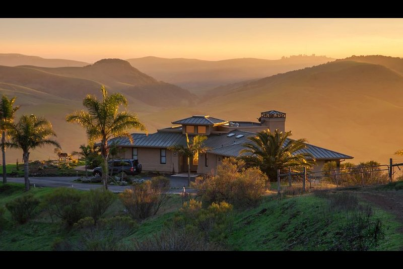 An aesthetic delight high above Cambria steeped in nature but close to town., alquiler vacacional en Cambria