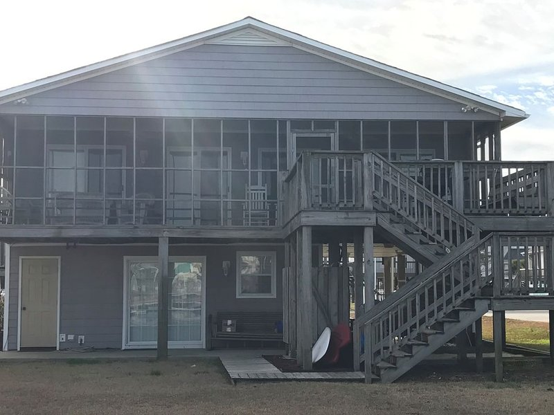 Perfect Canal Front Cottage! Swim, Dock and Play! Short Walk to Beach!, alquiler de vacaciones en Holly Ridge