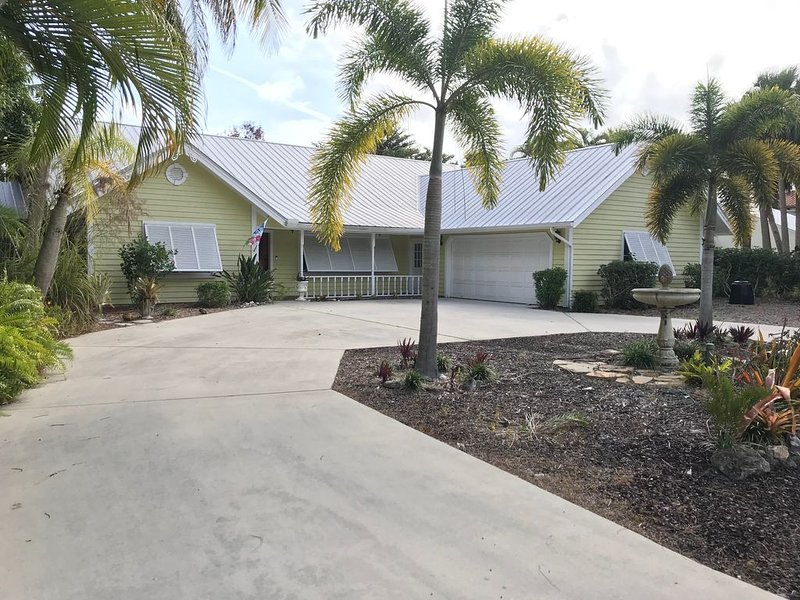 Luxurious Waterfront Home, ocean access, dock, pool, and spa, holiday rental in Port Salerno