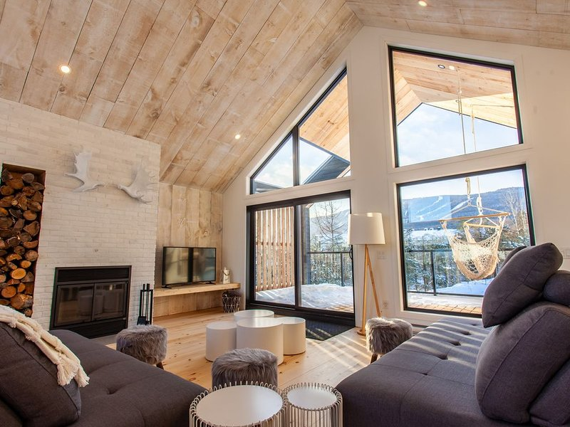 Incredible Brand New 12 pers Mountain View Chalet beside Ski Centre, holiday rental in Sainte Anne de Beaupre