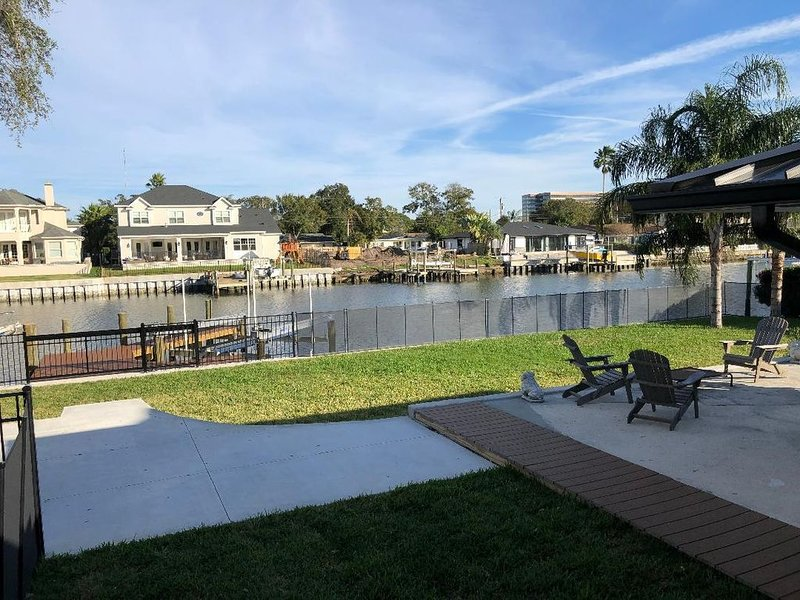 Waterfront 3 bedroom, 2 bath - Sleeps 6 - Bikes, Paddle boards, fishing poles, vacation rental in Tampa
