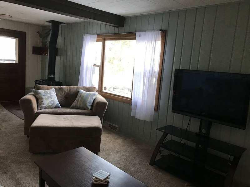 Cozy Northwoods cabin, steps away from Lac Courte Oreilles!!, alquiler de vacaciones en Radisson