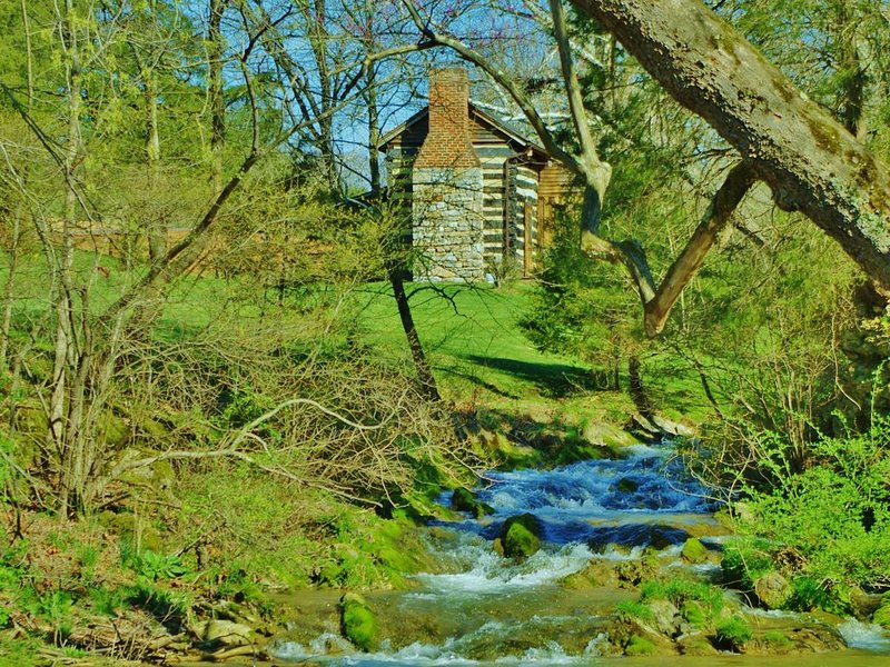 Creekside historic log cabin with all modern amenities at historic Wade's Mill, holiday rental in Montebello
