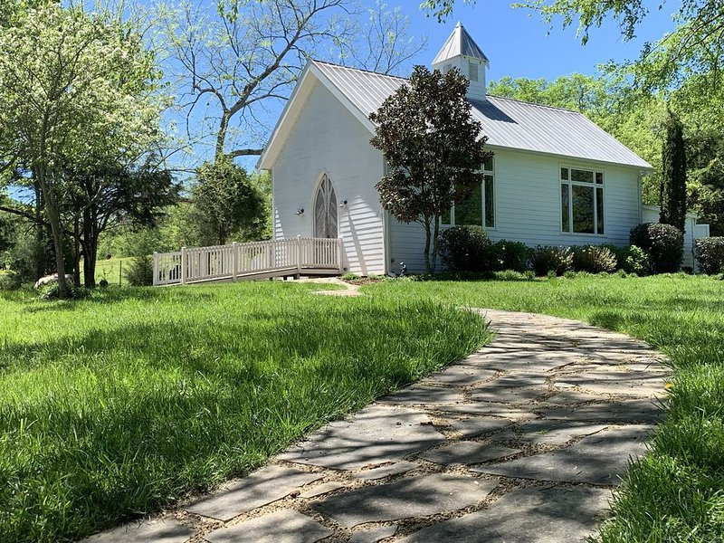 Spotless Cottage in Gorgeous Setting, pet friendly , miniature donkeys, wildlife, vacation rental in Spring Hill