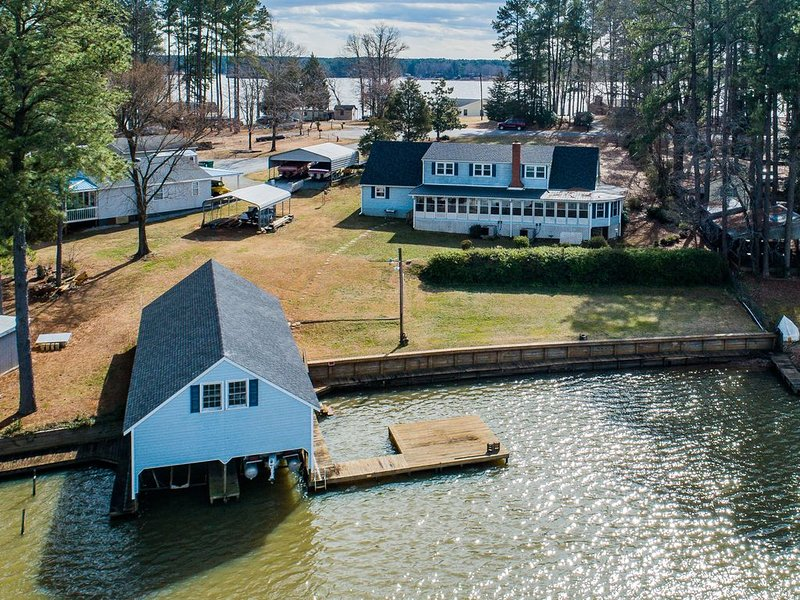 7 bedroom, 4 Bath Lake Front Home with Boathouse, location de vacances à Henrico