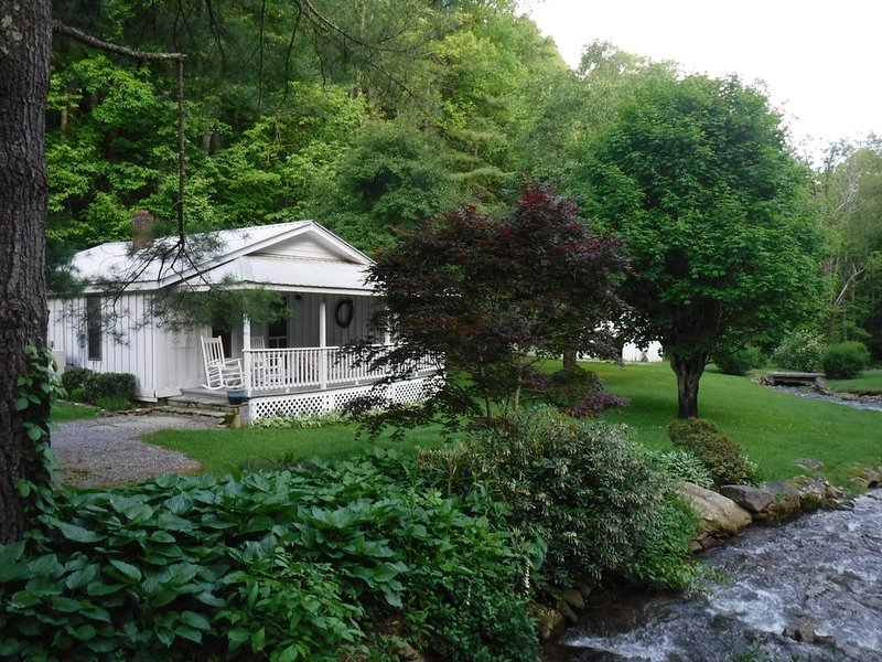 November/December availability! PEACEFUL CREEK & COTTAGE! PRIVATE but NEAR TOWN!, alquiler de vacaciones en Waynesville