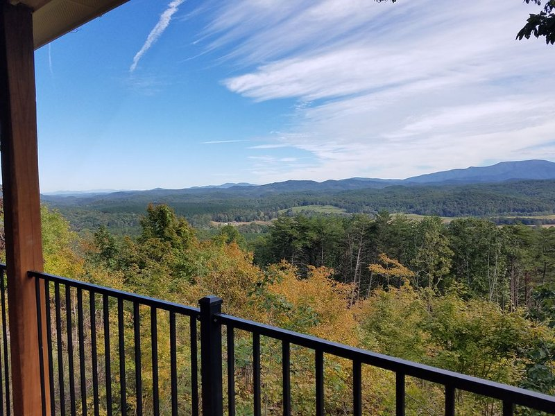 New cabin with incredible mountain views, holiday rental in Calhoun