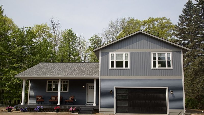 BRAND NEW LUXURY HOME! SLEEPS 14! Steps From Paved Bike Path! SUPER CLEAN!, vacation rental in Traverse City