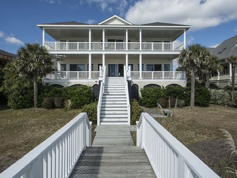 Charming Oceanfront Oasis with Access to Amenities, vacation rental in Isle of Palms