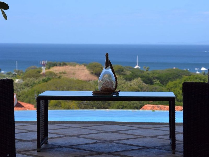 Ocean View Single Story House with Private Infinity Pool.  10 min walk to Beach, holiday rental in Artola