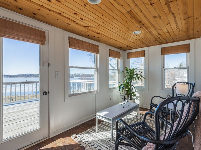 Lakeside Cottage with Inspiring Views! Master Bedroom & Lakeside Decks!, alquiler vacacional en Rochester