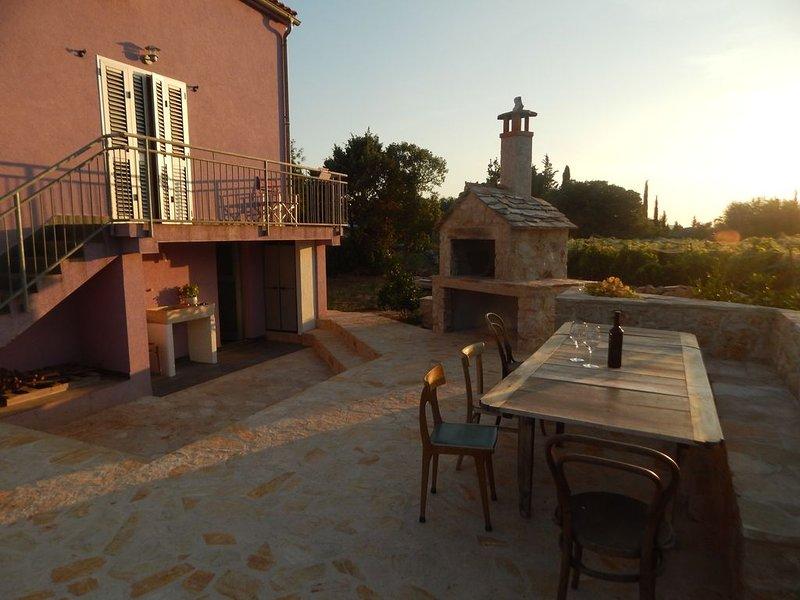 Gemütliches Zuhause in einem wunderschönen alten Steindorf auf der Insel Hvar, holiday rental in Rudina