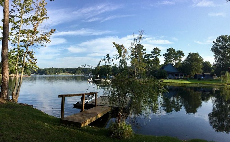 Updated Home across the street from the lake. With Private Dock and Land., holiday rental in Prosperity