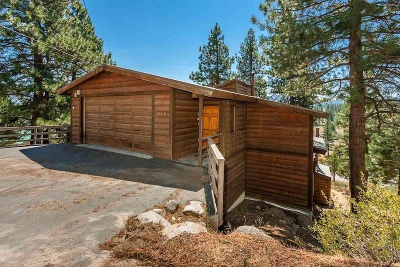 Pet Friendly 5 Bedroom Home Near Downtown Truckee, holiday rental in Floriston