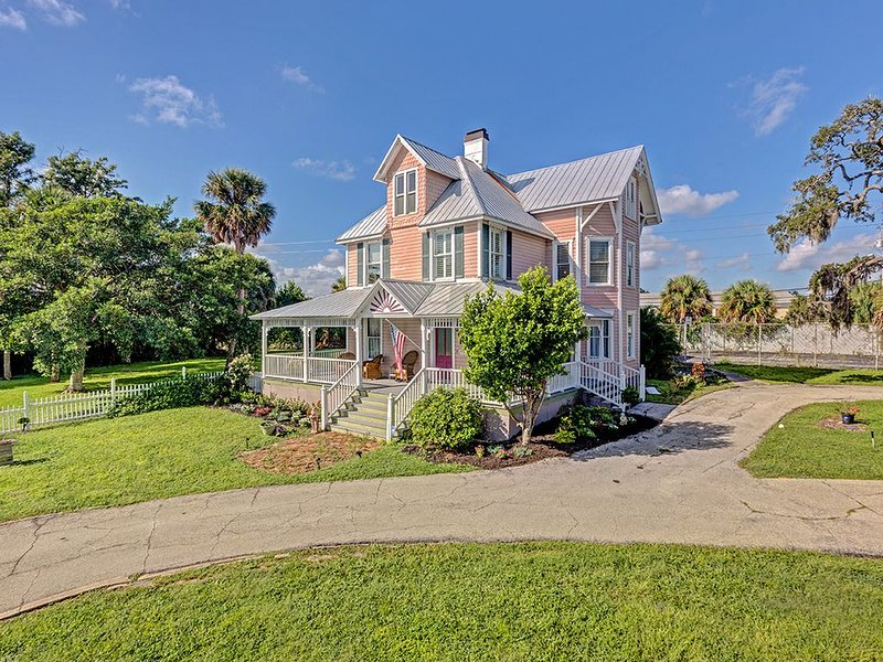 Bright Victorian Shared Home With Huge Porch And A River View, Near Cocoa Beach, location de vacances à Viera