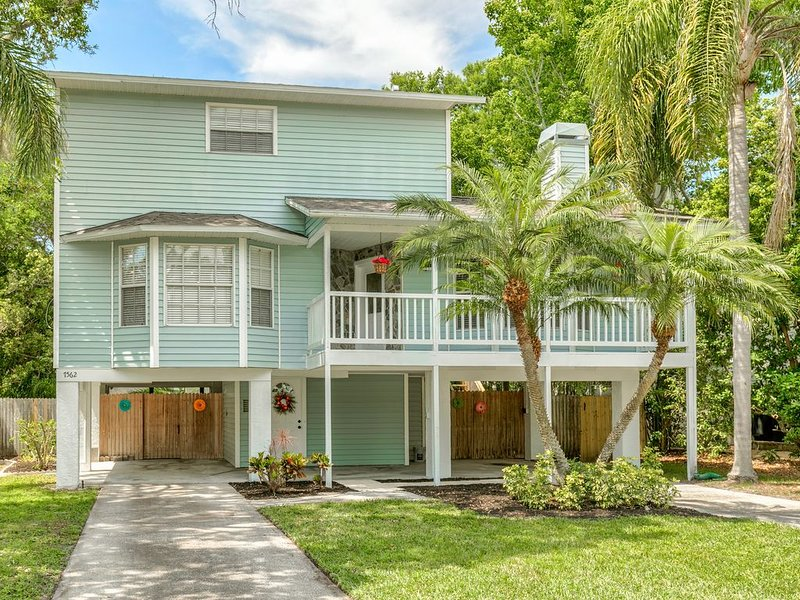 3bd/2.5ba Newly Updated Harborview Retreat - Walking distance to the beach!, holiday rental in Seminole