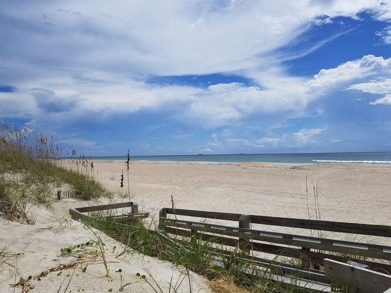 Ocean Paradise - 2nd Row Beach View, holiday rental in Morehead City