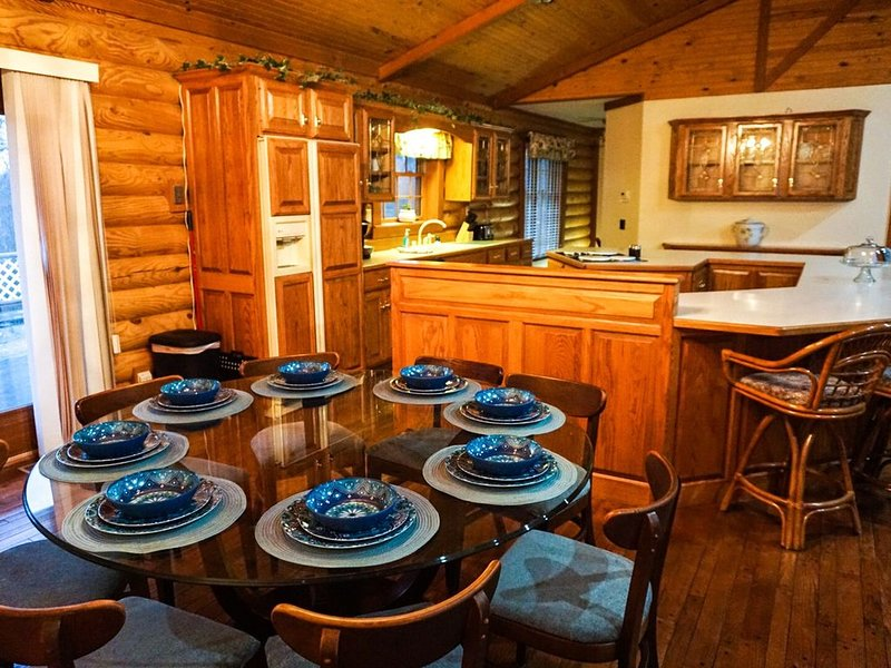 Log Cabin .5miles from Ky Lake, King Bed, Hot Tub, Pool Table, 1500sqft Venue!, location de vacances à Aurora