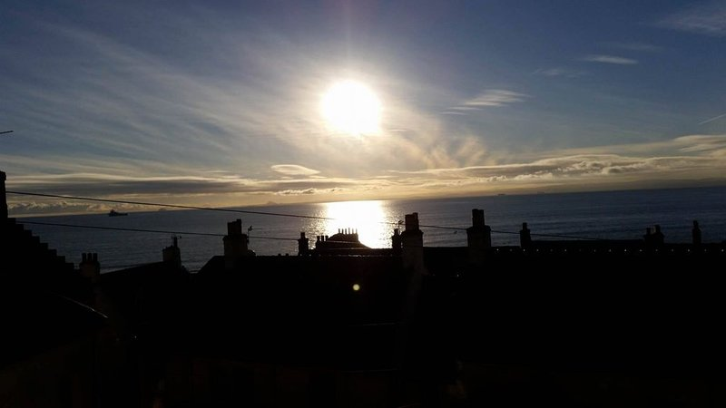 West Wemyss- two bedroom apartment with gorgeous views across Forth to Edinburgh, vacation rental in Kinghorn