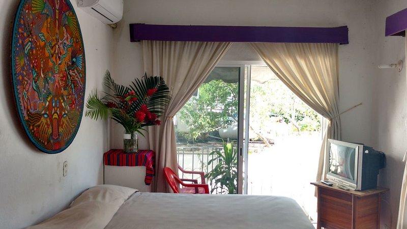 3 Private Rooms on the best street of Bucerias, alquiler de vacaciones en Flamingos