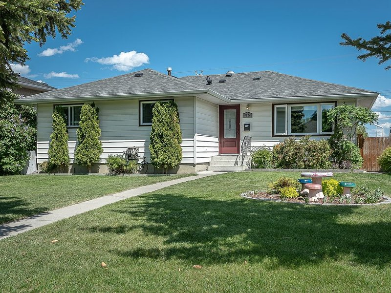 Beautiful Romantic Home, Close to Airport and Downtown, alquiler de vacaciones en Airdrie