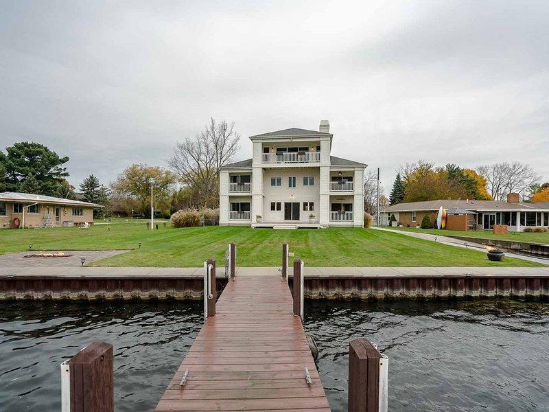 Beautiful Waterfront Home on Spring Lake!, holiday rental in Spring Lake
