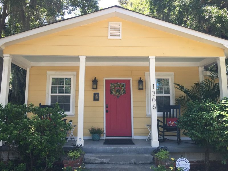 2+BR/2 Bath Historic District~ 7 bl to Downtown~20 mins to beach~SC IS OPEN!, vacation rental in Lady's Island