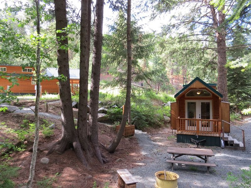 Closest accommodations to Anthony Lakes. Stay in Rich's Portable Cabins. NC loft, location de vacances à Baker City